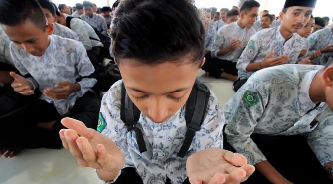 Siswa berdoa menjelang UN.