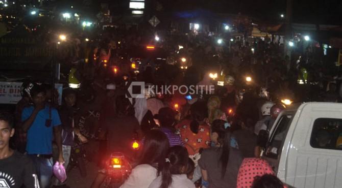 Kawasan Simpang Ampek Pasbar macet total, Selasa (05/07/2016) malam.