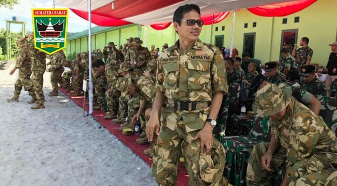 Gubernur Sumbar Irwan Prayitno berdampingan bersama 22 Gubernur lainnya mengikuti latihan tempur Pasukan Pemukul Reaksi Cepat (PPRC) di Bukit Tanjung Datuk, Natuna, Kepulauan Riau, Kamis (18/5) hingga Jumat (19/5)