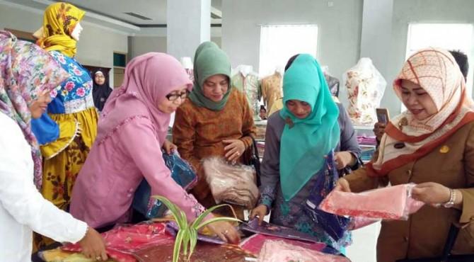 Ketua Dekranasda Kota Solok Zulmiyetti Zul Elfian bersama rombongan meninjau karya kerajinan di BDI Padang