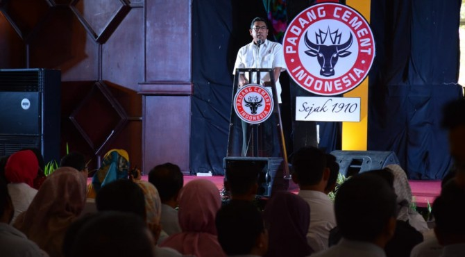 Direktur Utama PT Semen Padang, Yosviandri memberikan kata sambutan saat pembukaan Seminar K3 PT Semen Padang