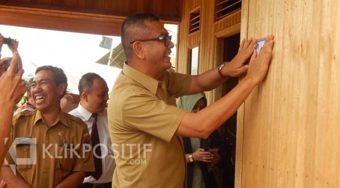 Wali Kota Payakumbuh Riza Falepi saat meresmikan salah satu RTLH yang selesai direhab.