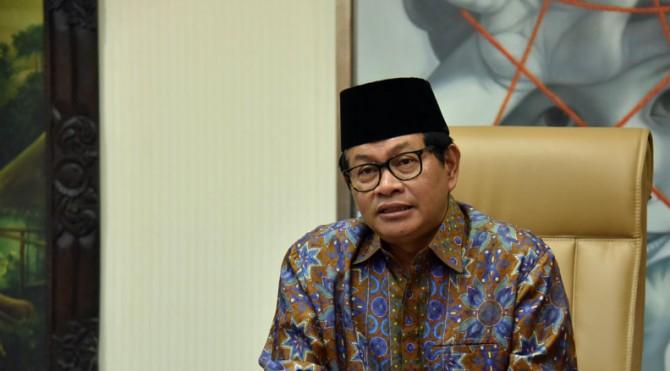 Seskab Pramono Anung saat memberikan pernyataan ucapan selamat Idulfitri 1440 H di ruang kerjanya, Lantai 2, Gedung III Kemensetneg, Jakarta.