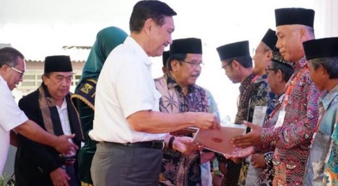 Menko Luhut dan Menteri ATR/Kepala BPN saat menyerahkan simbolis sertifikat wakaf di Gedung Al-Masthuriyah Islamic Foundation, Cisaat, Kabupaten Sukabumi, Jawa Barat, Rabu (10/4)