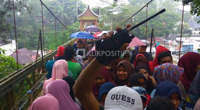 Suasana di Jembatan Limpapeh yang disesaki pengunjung, Sabtu (11/03/2017)