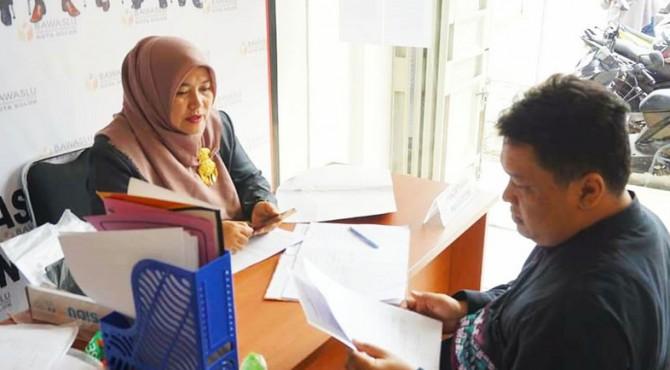 Ketua Bawaslu kota Solok Triati (kiri) saat menerima pendaftaran calon Panwascam Kota Solok