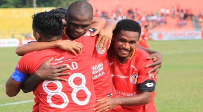 Selebrasi Danny dan pemain Semen Padang FC usai mencetak gol.