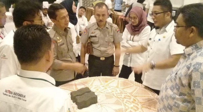 Wakil Walikota Padang, Hendri Septa (dua dari kanan) melihat beton berpori (porous concrte) yang diproduksi PT Semen Padang. Menurut Hendri Septa, produk baru PT Semen Padang ini cocok diterapkan di daerah rawan banjir.