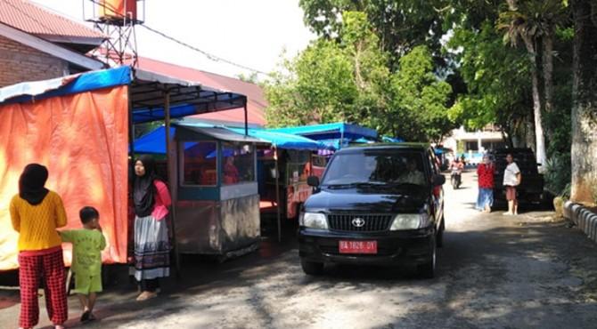 Situasi di kawasan kuliner Jalan Ahmad Kharim, Pasaman terlihat sepi. Namun aktivitas jual beli dalam sehari mencapai Rp500 ribu