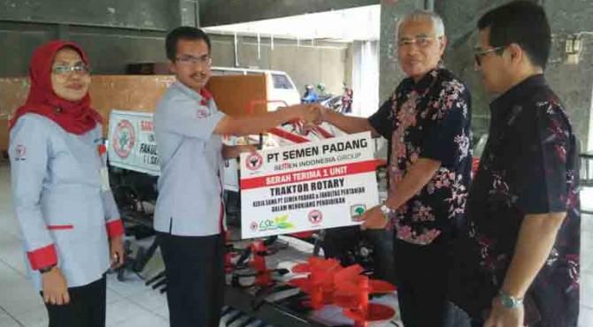 Kepala Biro CSR, Dasril didampingi Kabid DikesosLH menyerahkan bantuan Hand Traktor ke Dekan Faperta Unand  Prof.Ir. Ardi, MSc, Selasa (14/6)