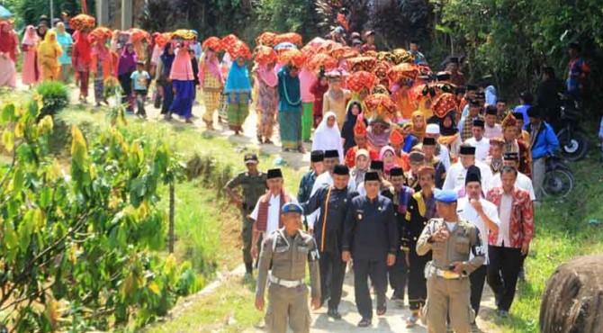 Wakil Bupati Solok Yulfadri Nurdin mengikuti tradisi Bakawue di jorong Sianggai-Anggai, Nagari Sariek Alahan Tigo Kabupaten Solok.