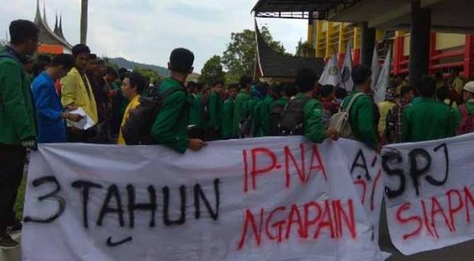 Ratusan Mahasiswa yang mengatasnamakan Aliansi BEM se Sumatera Barat melakukan aksi demonstrasi di kantor Gubernur Sumbar.