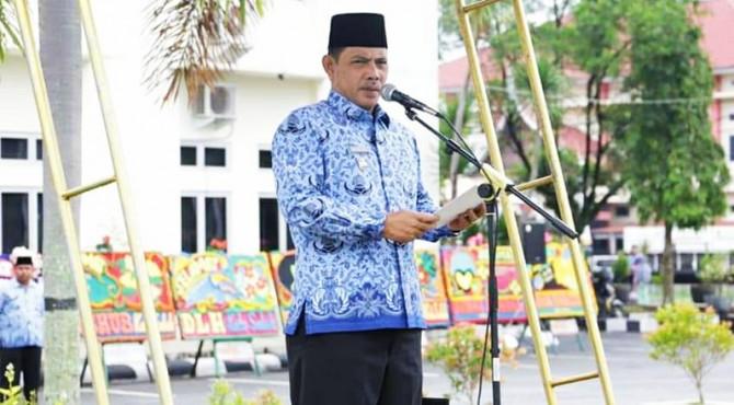 Wawako Solok Reinier memimpin upacara HUT Ke-48 Korpri di Halaman Balaikota Solok