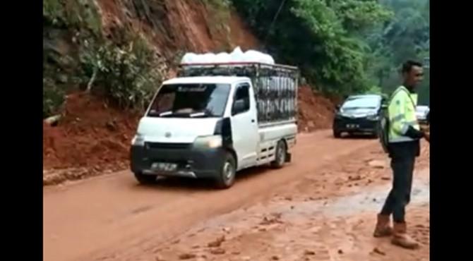Kondisi Jalur Sumbar - Riau sudah kembali dilewati kendaraan.