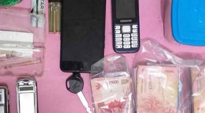 Barang Bukti Narkoba dan uang hasil transaksi diamankan petugas dari tangan para pelaku.