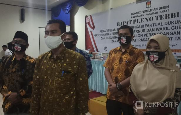 Ketua KPU Pasaman Barat, Alharis bersama para komisioner KPU