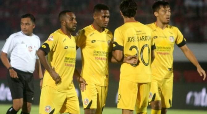 Boaz Atururi dan Fridolin Kristof Yoku adalah dua pemain Semen Padang FC yang berasal Papua.