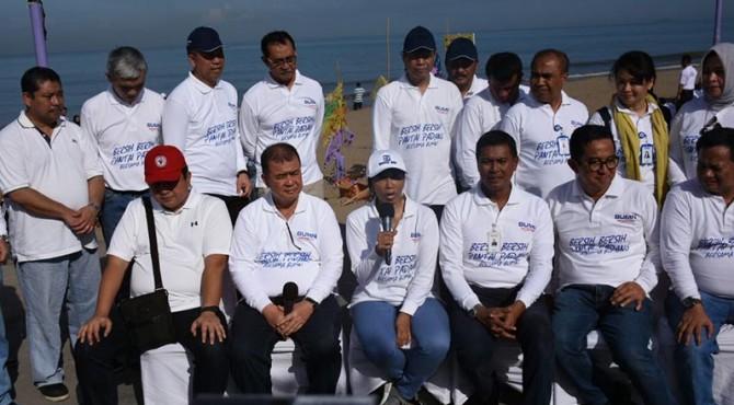 Mentri BUMN Rini Soemarno (tengah) didampingi Wakil Gubernur Sumbar Nasrul Abit dan sejumlah direktur perusahaan BUMN saat jumpa pers Aksi Nyata Bersih-Bersih Pantai di Muaro Lasak, Pantai Padang.
