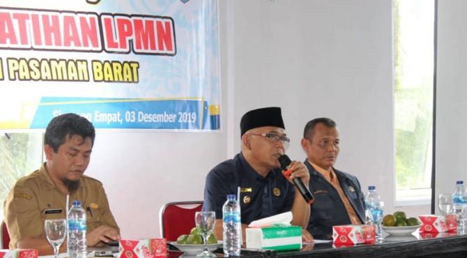 Bupati Pasbar, Yulianto saat memberikan kata sambutan di acara pelatihan LPMN se Pasbar dan menuju Nagari persiapan yang Defenitif.