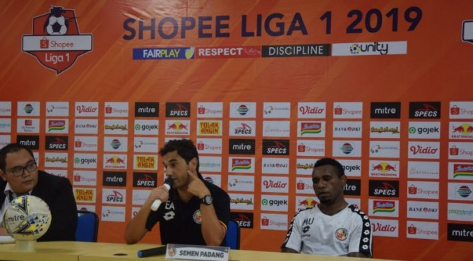 Pelatih Semen Padang FC Eduardo Almeida jumpa pers usai laga