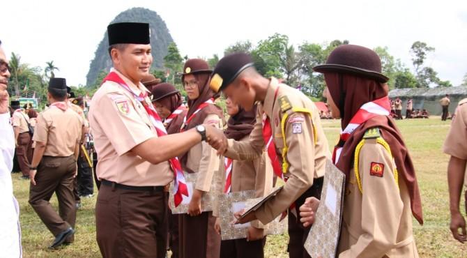 Danrem 032/Wirabraja, Brigjen TNI Kunto Arif Wibowo menyalami seluruh pemenang perlombaan yang digelar dalam kegiatan Perjusami di Limapuluh Kota, Minggu, 7 Juli 2019.