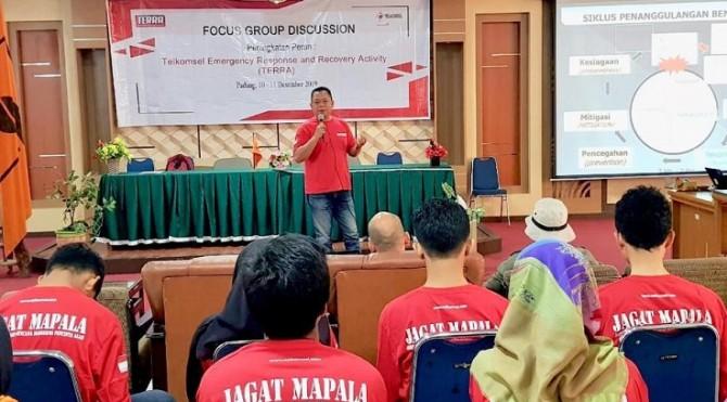 Telkomsel mengadakan pelatihan bencana kepada para mahasiswa dan relawan di kota Padang.