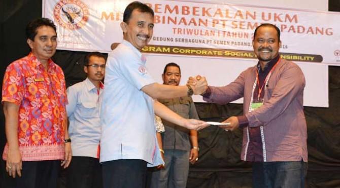 Kepala Departemen Komunikasi & Sarana Umum (KSU) PT Semen Padang, Ampri Satyawan, menyerahkan pinjaman CSR secara simbolis kepada perwakilan calon mitra binaan