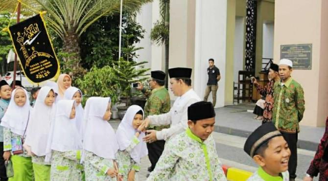 Wakil Walikota Solok, Reinier melepas pawai didikan subuh di halaman Masjid Agung Al-Muhsinin.