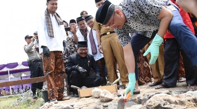 Riza Falepi saat melakukan pelatakan batu pertama Balai Balai Adat KAN Koto Panjang Kecamatan Latina.