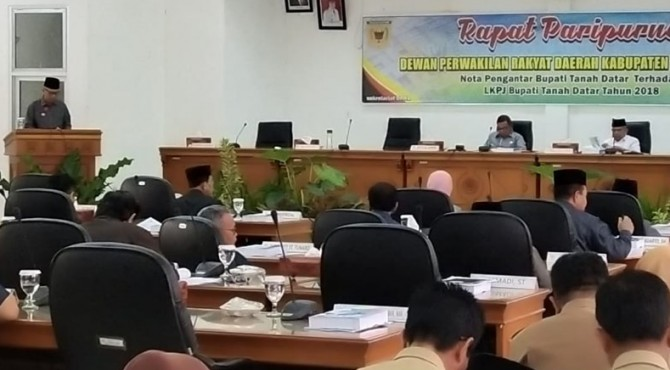 Bupati Tanah Datar Irdinansyah Tarmizi menyampaikan LKPj APBD Tanah Datar 2018 dalam sidang paripurna DPRD.