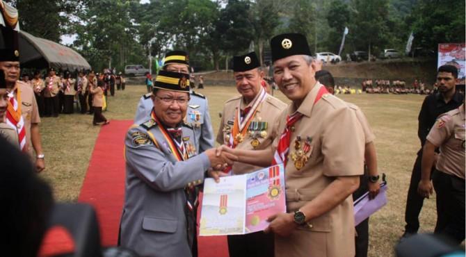 Bupati Irdinansyah menerima lencana dan piagam penghargaan penghargaan Pingat yang Dipertua Majlis Pengakap Negeri Sabah Malaysia.