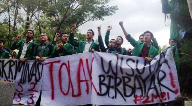 Mahasiswa Unand menggelar aksi unjuk rasa di Rektorat Unand, Senin pagi.