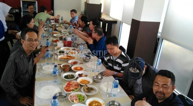 13 Pecinta Teh Saat Makan Siang di Padang