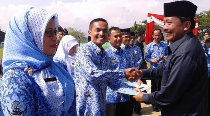 Penyerahan penghargaan kepada sekolah-sekolah pemenang lomba UKS tingkat Kabupaten Solok