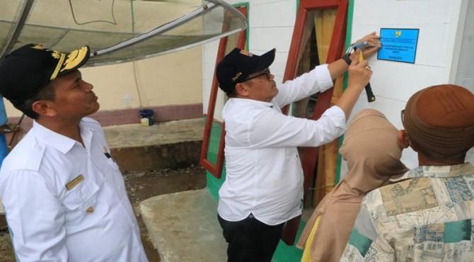 Dirjen Penyediaan Perumahan Kementerian PUPR Khalawi Abdul Hamid pasang papan peneng salah satu rumah warga penerima bantuan BSPS di Desa Punggung Lading