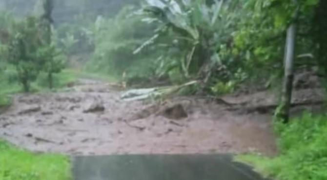 Jalan di Batu Nanggai tertutup longsor