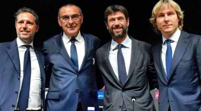 Maurizio Sarri diapit para petinggi Juventus diperkenalkan secara resmi sebagai juru taktik Bianconeri