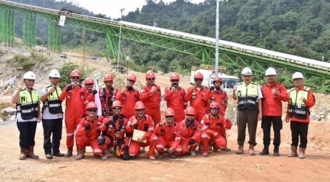 Personil PKTD Unit Mine Rescue Tim Departemen Tambang dan Pengelolaan Batu Kapur PT Semen Padang foto bersama usai simulasi kesiapsiagaan bencana.