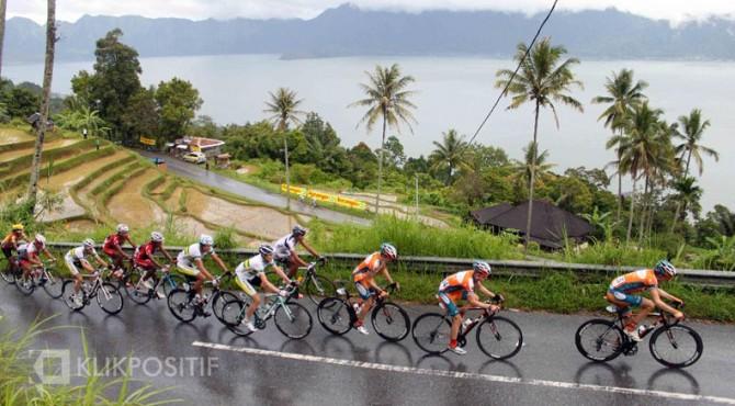 Peserta TdS melintasi Kelok 44 dengan view Danau Maninjau