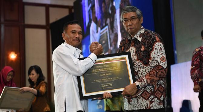 Sestama BKKBN Nofrijal terima penghargaan piagam penghargaan WTP Tahun 2018 diberikan dari Wakil Menteri Keuangan Prof. Dr. Mardiasmo, MBA., Akt