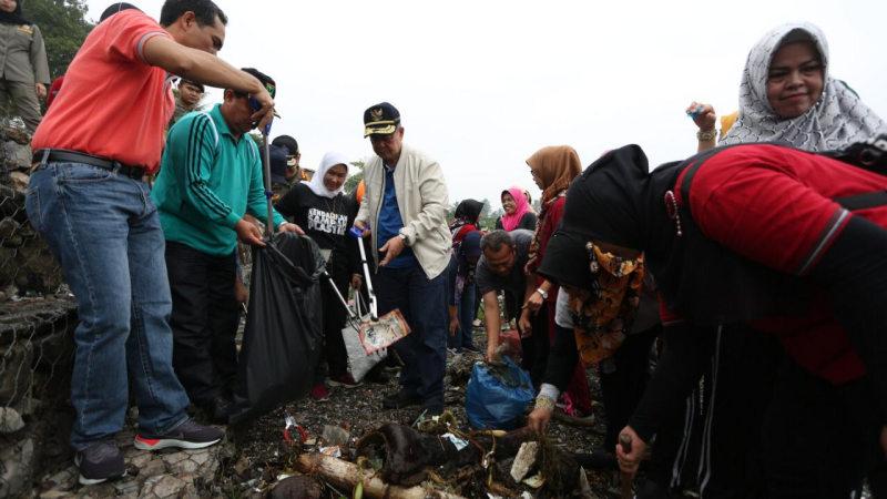 Bersih sampah Danau Singkarak
