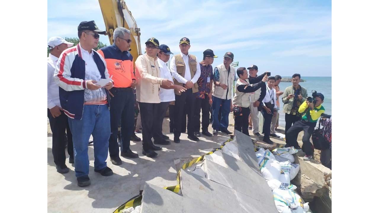 Kepala BNPB Doni Monardo didampingi Wagub Sumbar Nasrul Abit meninjau Tugu Merpati Muaro Lasak