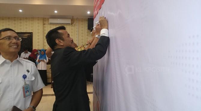 Kepala BPPOM Padang, Martin membubuhkan tandatangan pertanda BPPOM Padang menjadi kawasan bebas korupsi.
