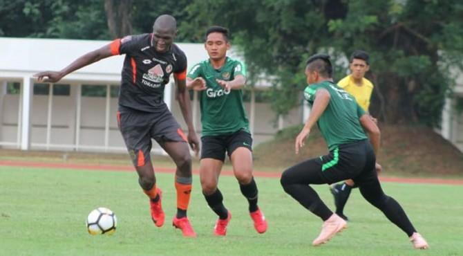 Karl Marx 'Danny' Barthelemy saat diturunkan Semen Padang FC ketika melakoni ujicoba melawan Timnas U-23.
