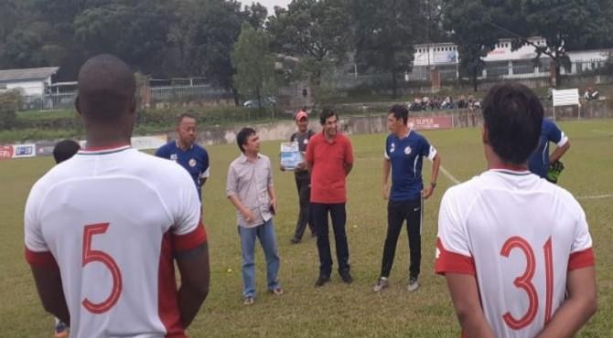 Sosok pelatih baru Semen Padang FC saat memantau latihan.