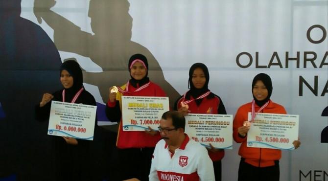Melsan Cahyani (dua dari kiri) foto bersama dengan pesilat lainnya usai menerima penghargaan medali pada O2SN Medan