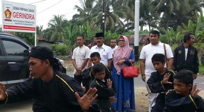 Bakal Calon Bupati Pasbar, Kolonel CAJ Purn Drs.H.Rusdan Nasution, MA,p saat disambut dengan Silek Galombang dan Carano di Kantor DPC Partai Gerindra Pasbar