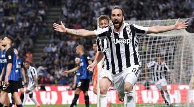 Higuain mencetak gol kemenangan Juventus saat menjamu Intermilan,