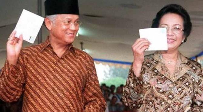 Presiden Indonesia BJ Habibie (kiri) dan istrinya Ainun Hasri memperlihatkan surat suara mereka 07 Juni 1999 di Jakarta.
