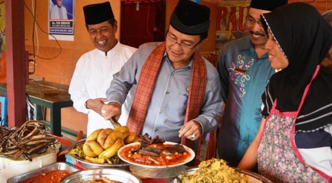Bupati Agam Meninjau Salah Satu Pasar Pabukoan Saat Ramadan Tahun Lalu